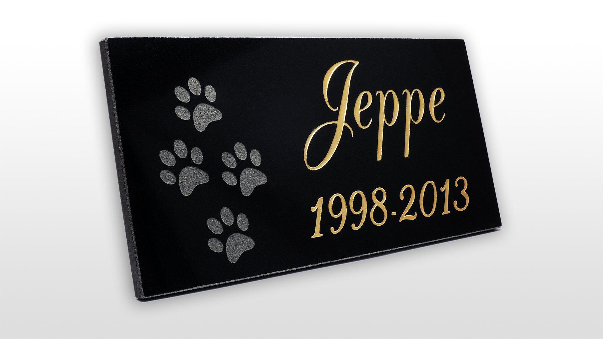 Muistolaatta koiran haudalle